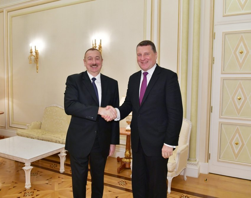 Ильхам Алиев принял бывшего президента Латвии Раймондса Вейониса