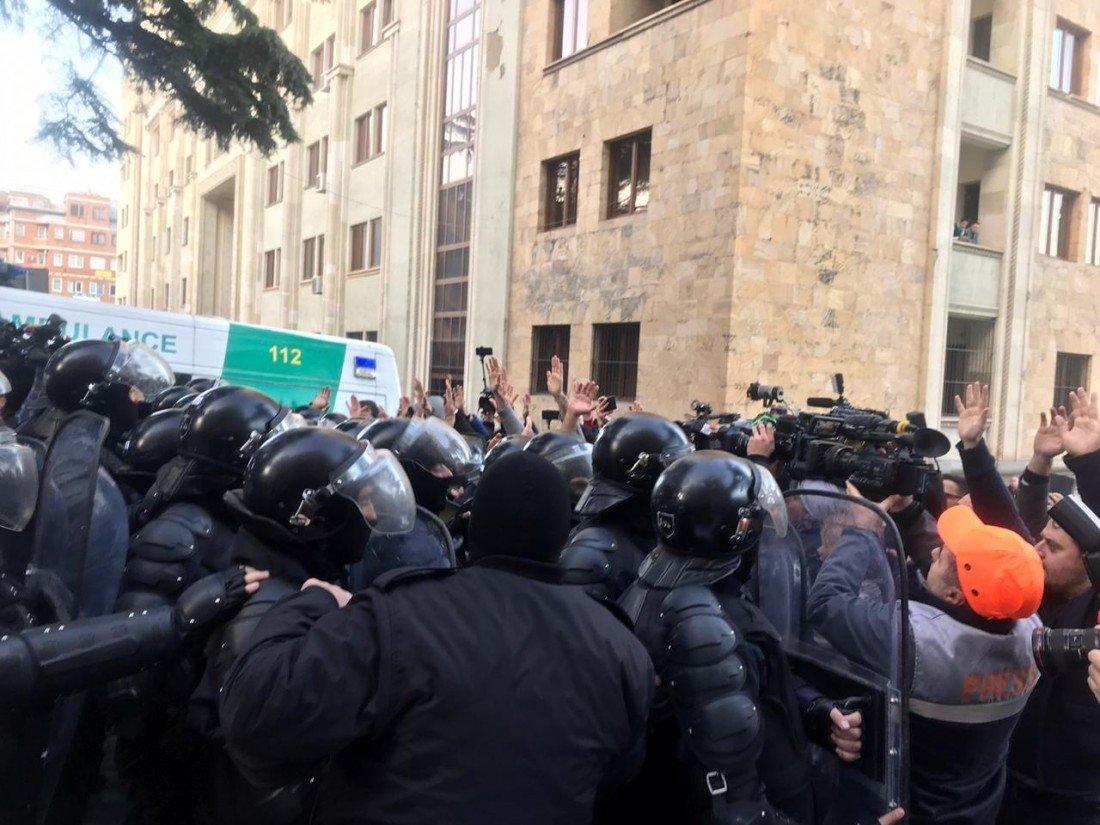 Tiflisdə canlı sədd yarıldı: 37 nəfər saxlanıldı